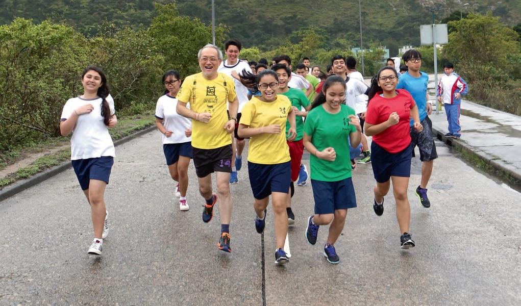 大澳佛教筏可紀念中學校長惲福龍帶領學生跑步,培育自信,贏來健康。