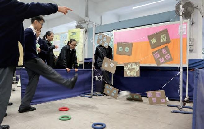 學生玩「施腳失調」射龍門遊戲,要踢中思覺失調社工用圖片幫助學生表達 的症狀。