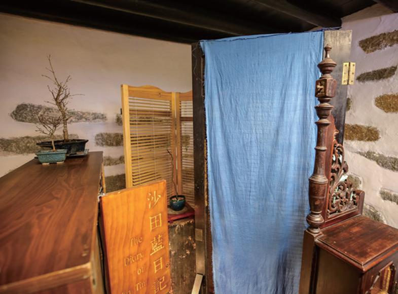 林東鵬指沙田有一個300年前的傳說,話說當年盛行藍染,他便花了近一年時間找出香港獨特的植物「沙田藍樹」,並與拍檔合作,嘗試重現當年的藍染技術,亦把成品展現於王屋之中。