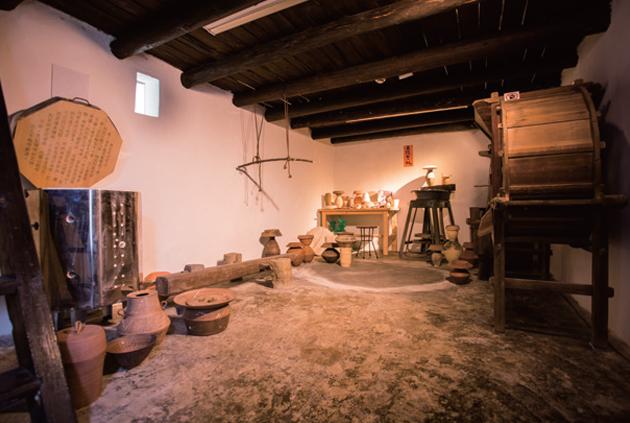 黃麗貞特意把工作枱放於穀倉農具旁邊,以對比的手法,把一古一今、一農一陶、一手藝一勞動人民精神並置,更將古今巧妙地連繫起來。