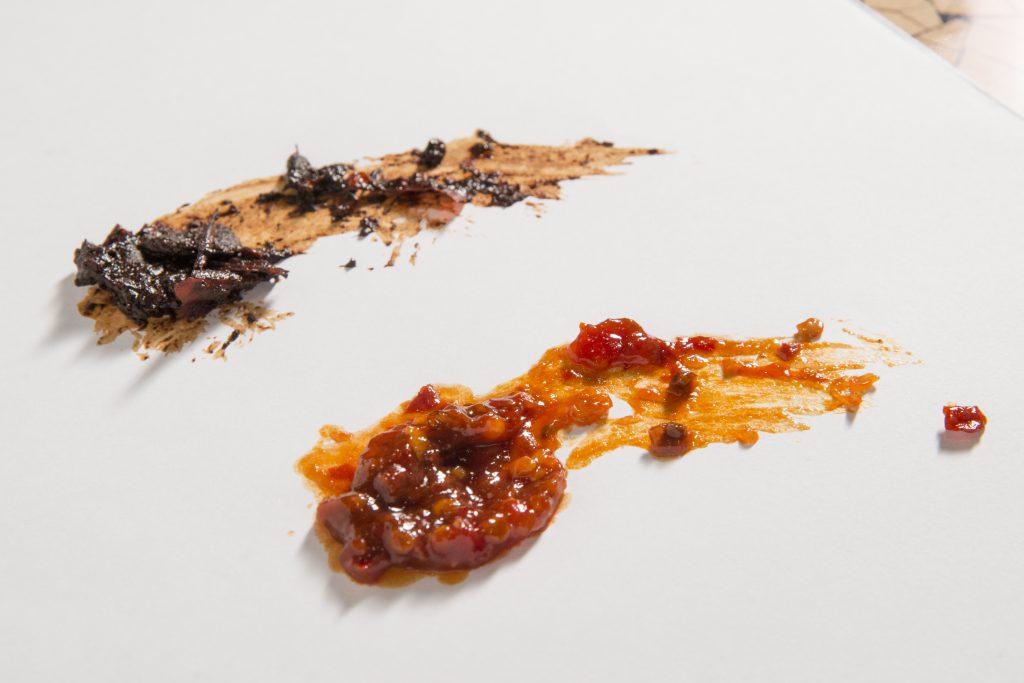 家常豆瓣發酵一、兩個月便完成,更高級貨色則發酵一至三年,但德哥竟秘藏更珍貴的七年豆瓣醬,其色不似平日吃的般橘艷。