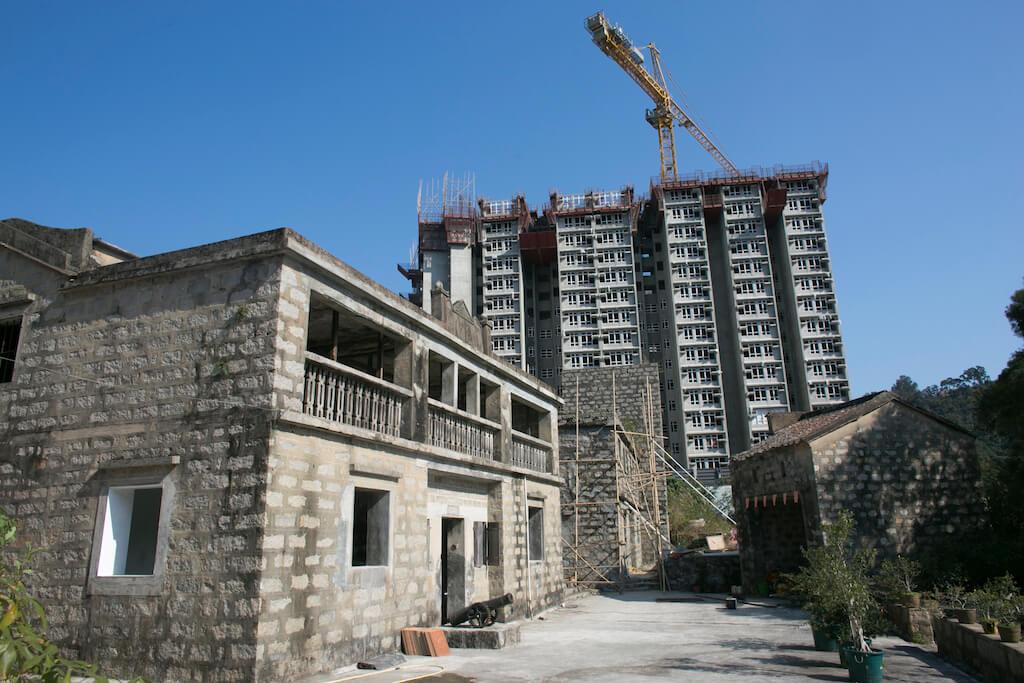 袁氏大宅旁邊多出幾幢居屋,袁哲之認為梅窩可以住上十萬人。
