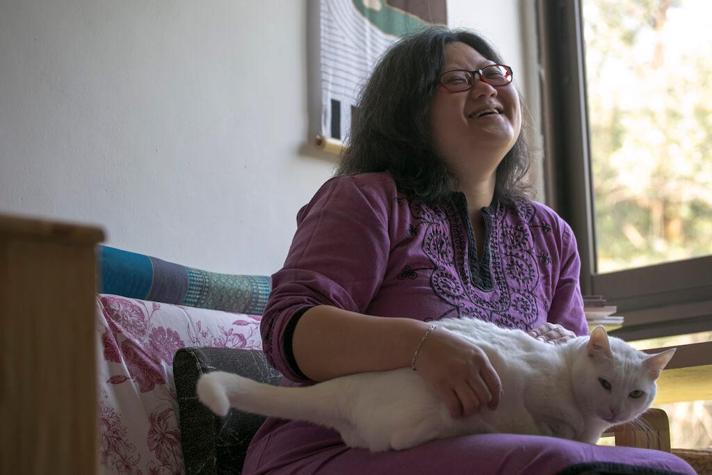 移民台灣,慧沁最不捨得 梅窩的人情。客貨車都不 能入到村路,只能靠特製 的搬運車。從事搬運的鄰 居,曾經以成本價幫助慧 沁搬屋。