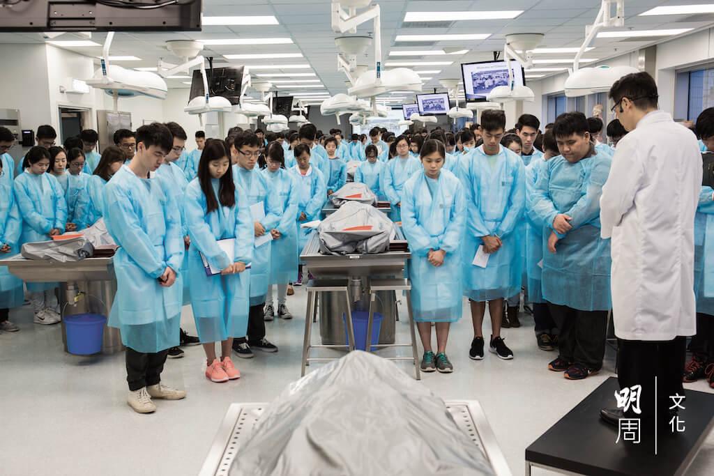 本屆二年級醫學生在上解剖課前,低頭向大體老師致敬。