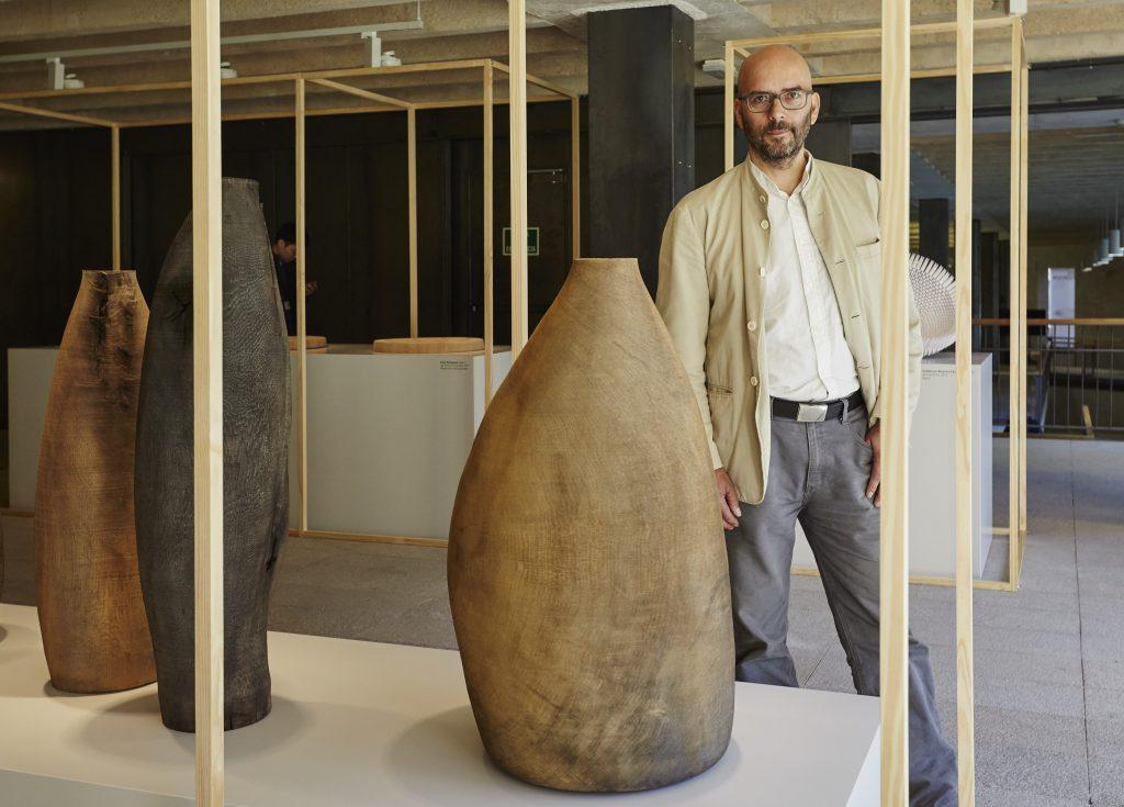 德國木匠Ernst Gamperl用巧手將枯萎橡樹改造成巨木花瓶,花瓶表面承傳着老樹的年輪、裂縫與生命。