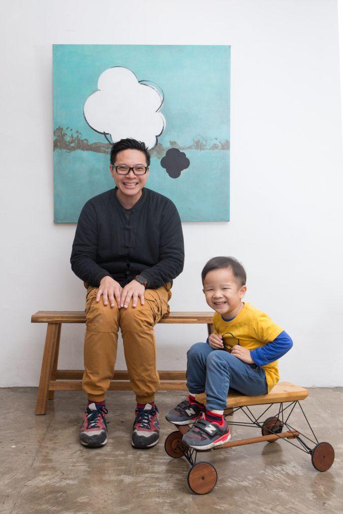 阿朱(左)認為自己的設計都是圍繞兒子青宇而來,隨住其成長而改變,製作出ArmStrong手動木頭車,燒焊金屬結構配合木材,線條俐落。