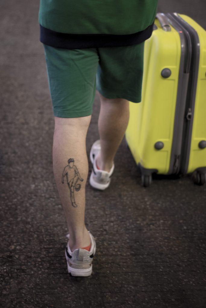 小腿的紋身,昭示他的決心。
