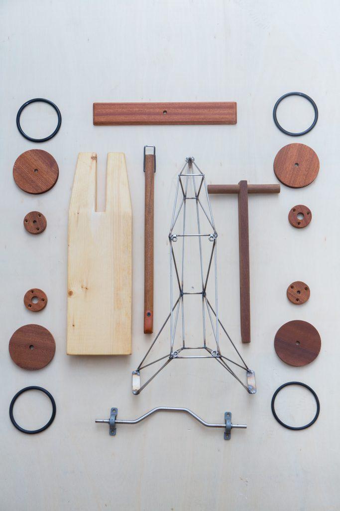 ArmStrong手動木頭車以木材與金屬支架合併而成,結構不繁雜卻好玩。