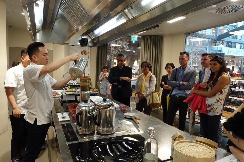 本地人參與由香港設計師於超市內舉行的食物設計工作坊。