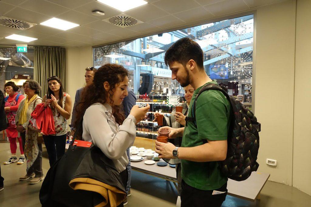 Emanuela(左)與男朋友Leonaroo 都對香港食物非常好奇。
