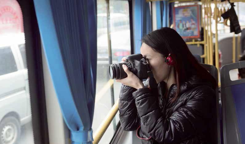 鏡子喜歡攝影,也喜歡在巴士上看看她身處城市的風景。