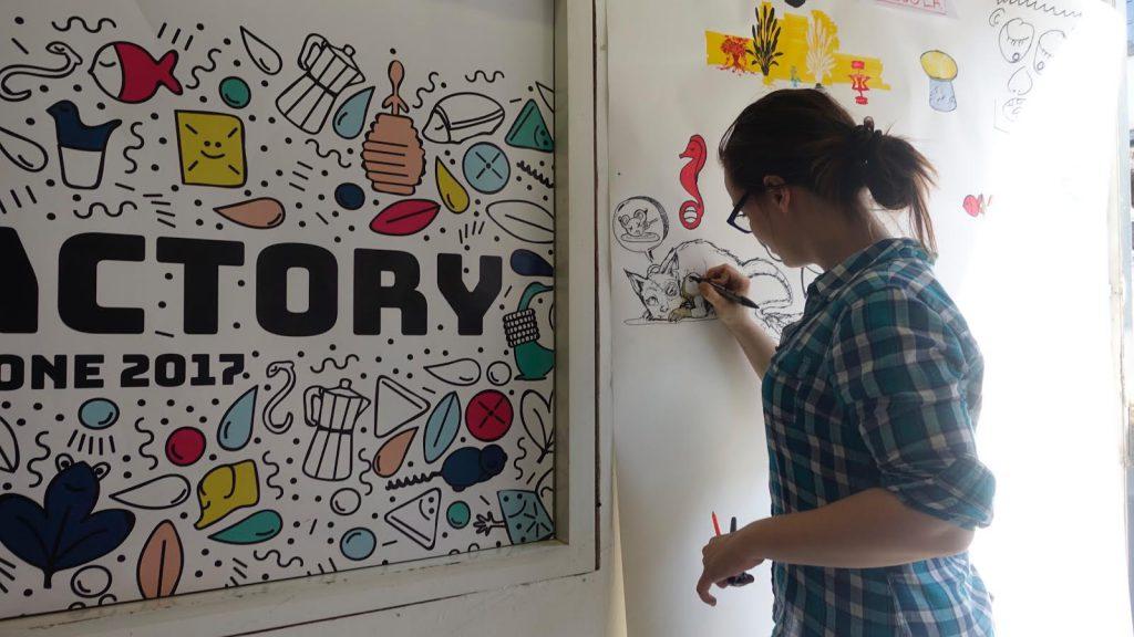 她在設計周牆上畫漫畫