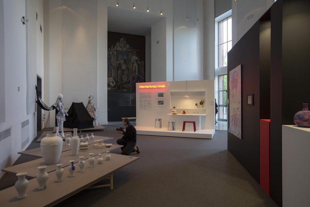 聚集了香港共二十位設計師作品,包括家品、陶藝、服裝與裝置藝術等。