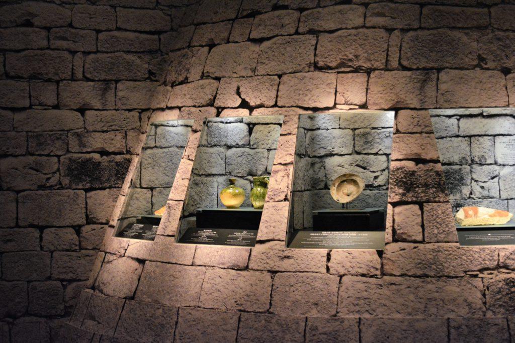 廳模仿中世紀羅浮宮壕溝遺址設計,富有現場感。