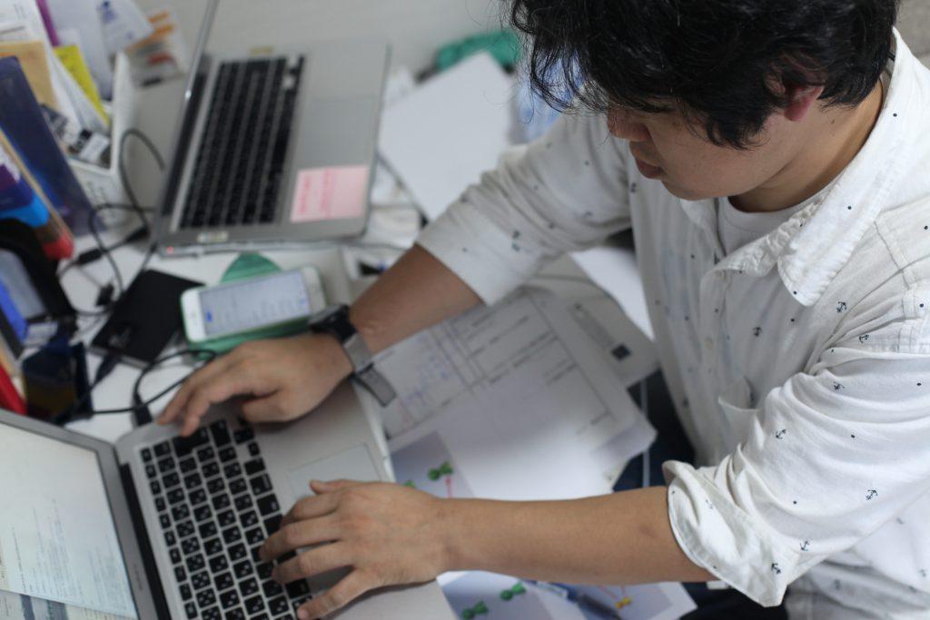 告別「啃老」生涯,佐藤努力接工作交租,以不回老家生活為目標。