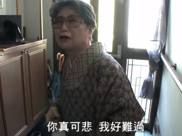 紀片中佐藤放下尊嚴,向母借一千日圓,場面叫人心酸。