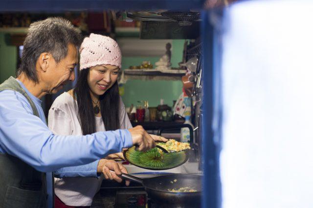 原來這次是兩父女首次一起下廚煮飯仔,切菜由父親負責,二犬則下鑊「整色整水」。