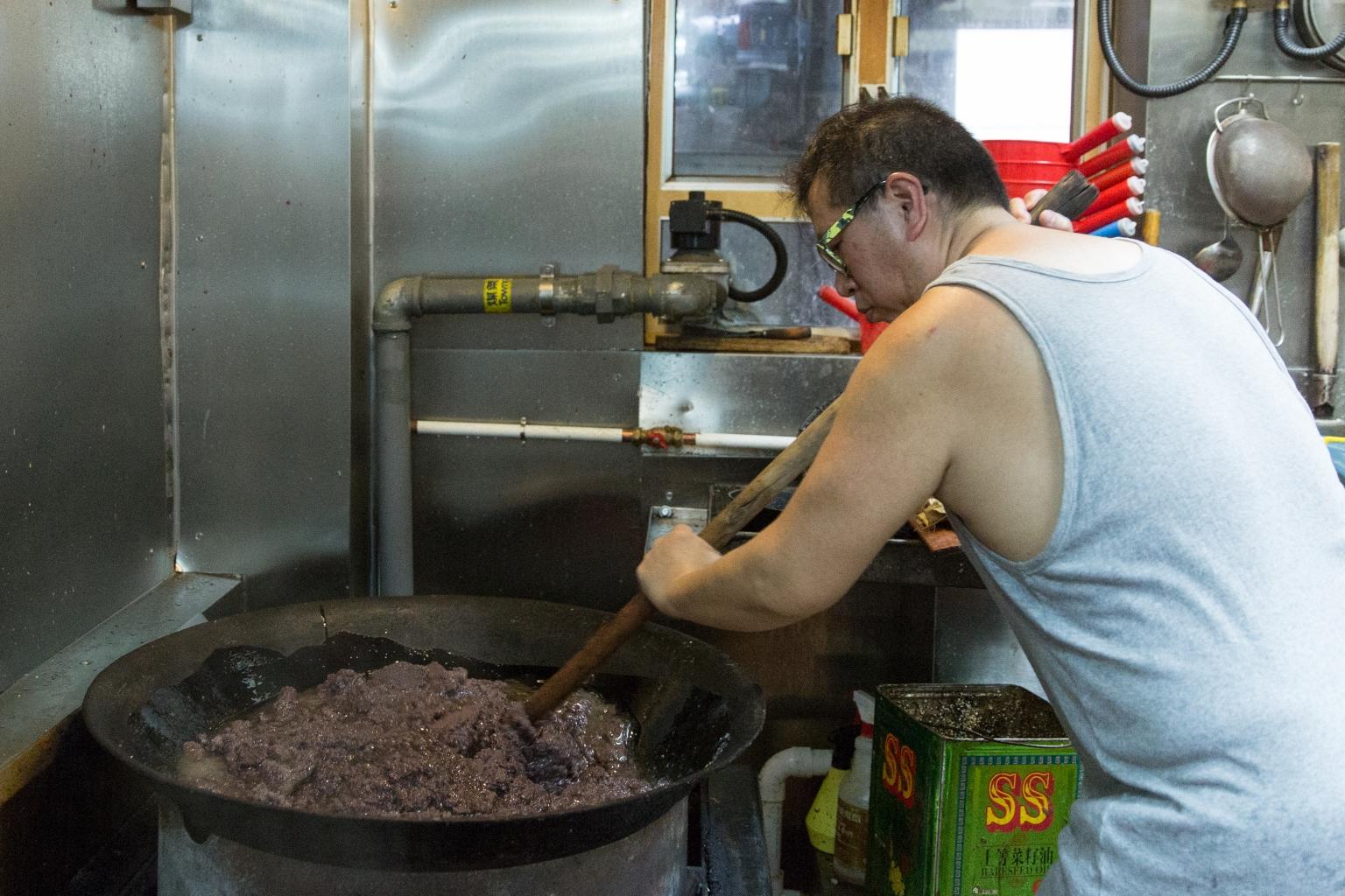 傅永康手上拿着自製的鏟:「以前用地拖柄,現在換了新界人的鋤頭柄。有人炒麥芽花生糖都是用它,我就只用來整豆沙。」