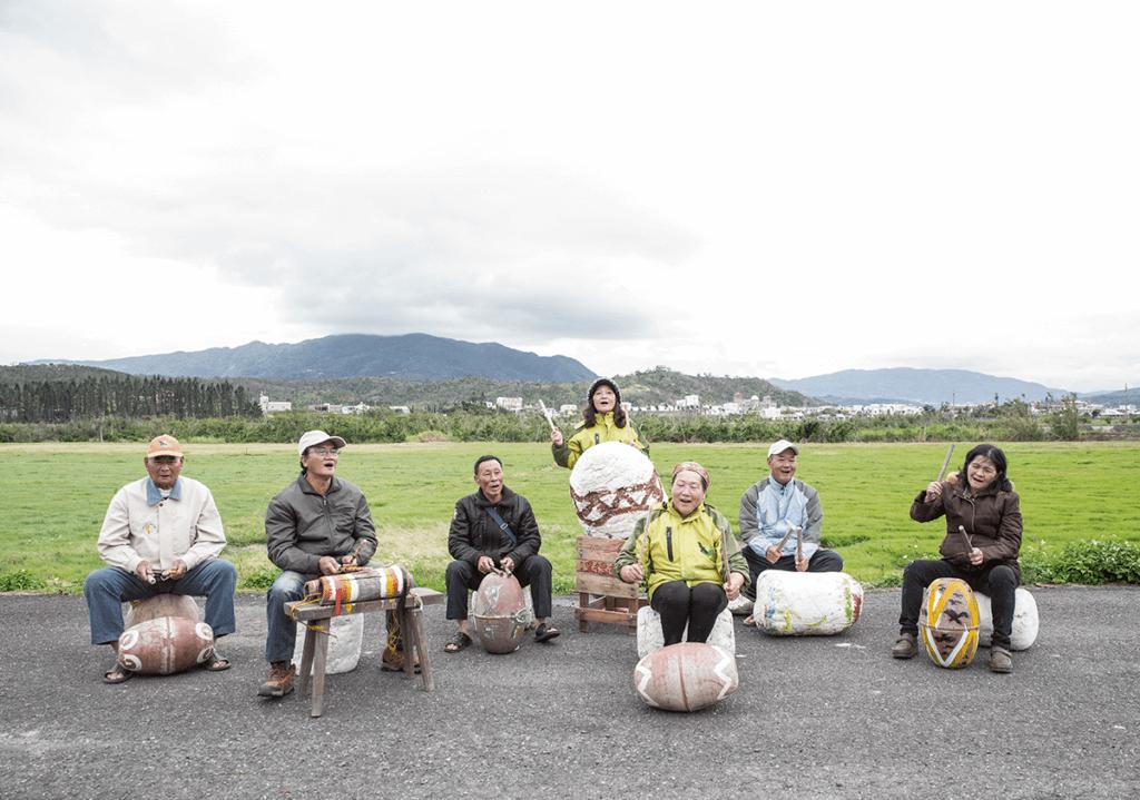 里德社區「浮浪拱打擊樂團」從海 邊撿來海洋垃圾變廢為寶做樂器。 左一古堅謀,左二宋仁宗。