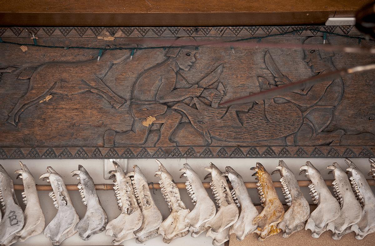 獵人家屋掛出了獵物的 獸骨,木雕刻也是關於狩獵 的主題。