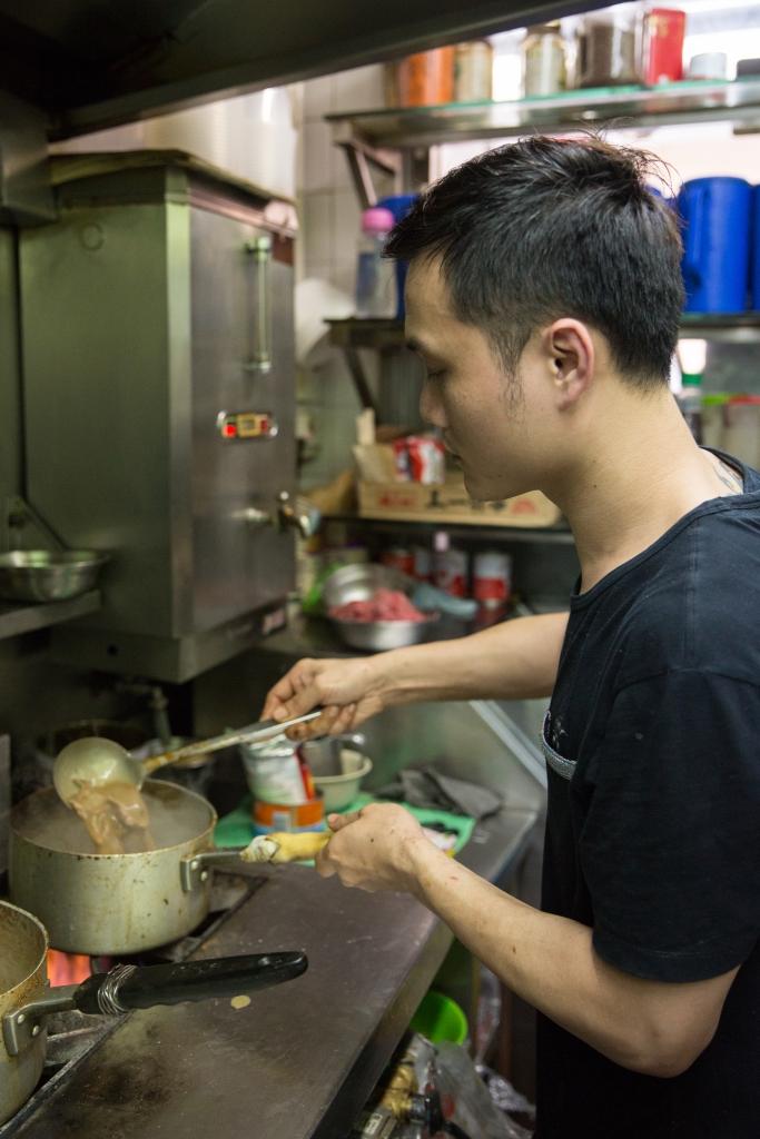 偉仔每天勤奮的守在店裏,不停新鮮熱辣炒製沙嗲牛肉,誠意可嘉。