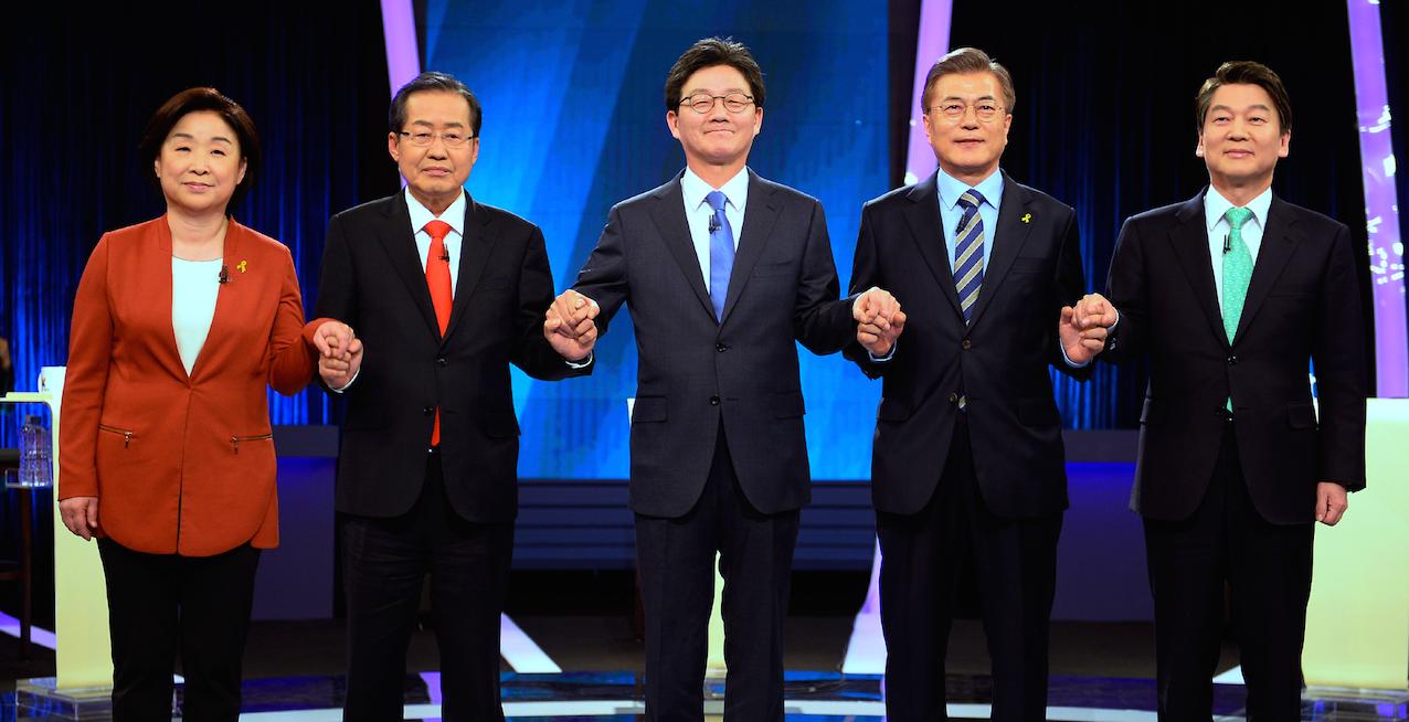 註冊的總統候選人共有十五名,重點通常都在頭五名候選人,排名按候選人政黨在國會擁有席次多少而定,無黨席的候選人排最後。左起:沈相奵(正義黨)、洪準杓(自由韓國黨)、劉承旼(正黨)、文在寅(共同民主黨)、安哲秀(國民之黨)- Kim Min-Hee / POOL / AFP