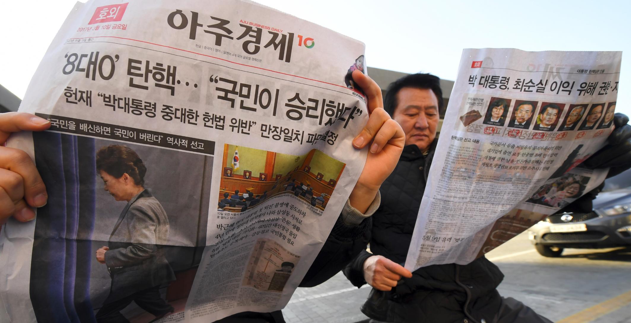 朴槿惠在三月十日被彈劾下台,當地報章推出號外新聞。- JUNG Yeon-Je / AFP