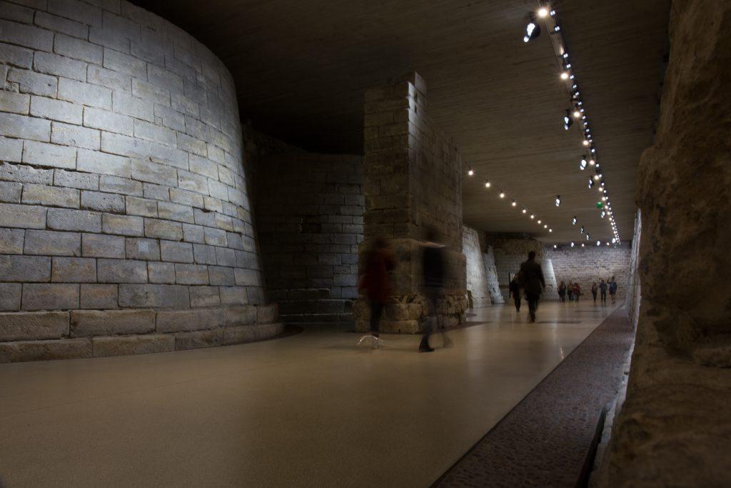 十一至十三世紀的羅浮宮壕溝遺址,目前開放給參觀者近距離細看。