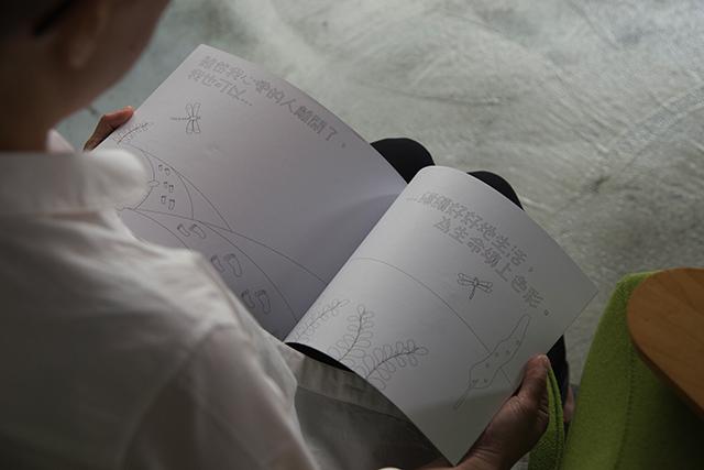 繪畫冊,用淺易的文字和圖片,以及繪畫、書寫的過程,讓小孩了解至親離世的感受,體驗到改變是生命的一部分。
