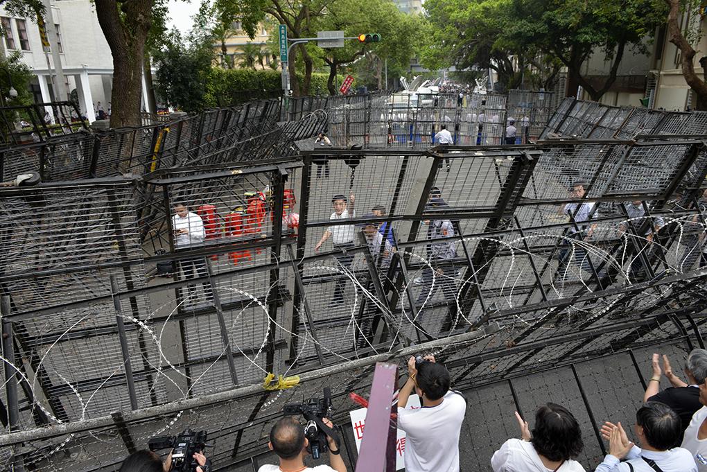 經過太陽花運動後,立法院外為防止示威,佈滿了鐵馬陣(AFP Photo/ SAM YEH)