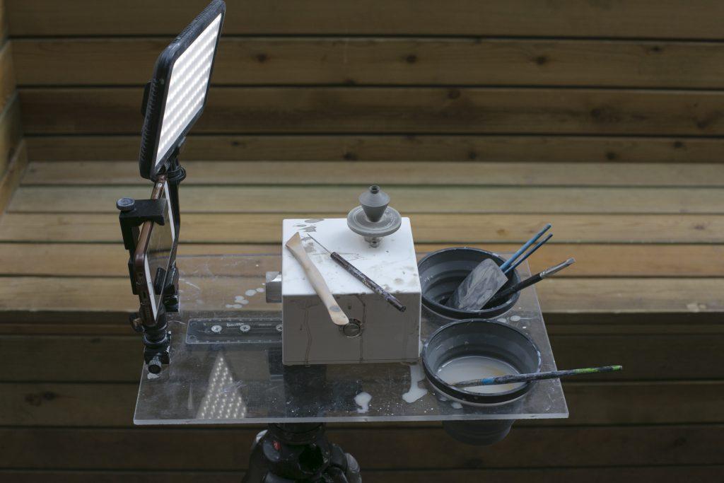 """Portable:""""Plein Air Pottery""""源於法文en plein air,字面意思是「在空氣中」,即戶外寫生。因為工具體積輕巧便攜,只要放入背包,帶着腳架,便可以直接在戶外製作袖珍陶器,和大自然融為一體。"""
