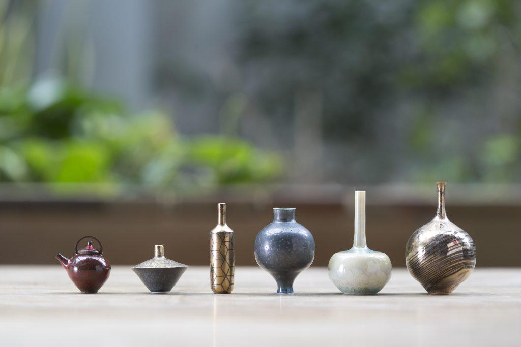 雖然體積大幅縮小,但這些袖珍茶壺、花瓶卻沒因而得過且過,甚至連一絲走盞的空間也沒有,無論造型、顏色和花紋等細節,均一絲不苟,精緻得惹人憐愛。