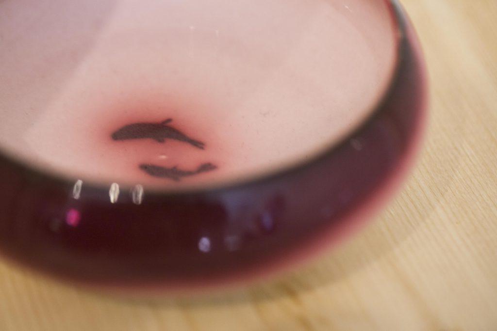小金魚在晶瑩剔透的紅食器中央暢游