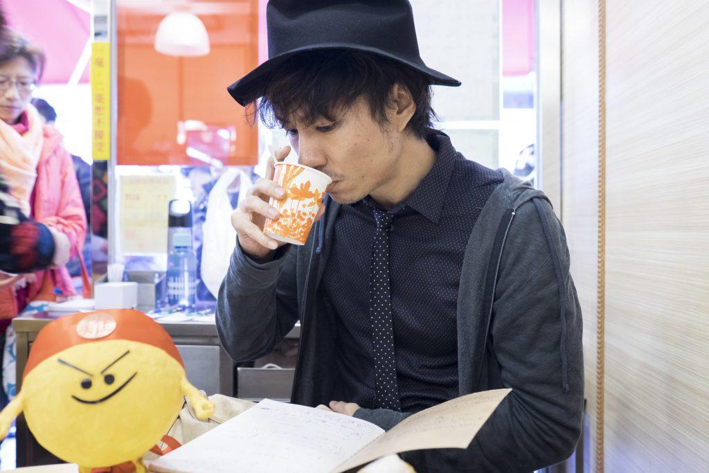 喝奶茶時,茶餐廳就變成了他的咖啡店,可以整理工作,思考人生。