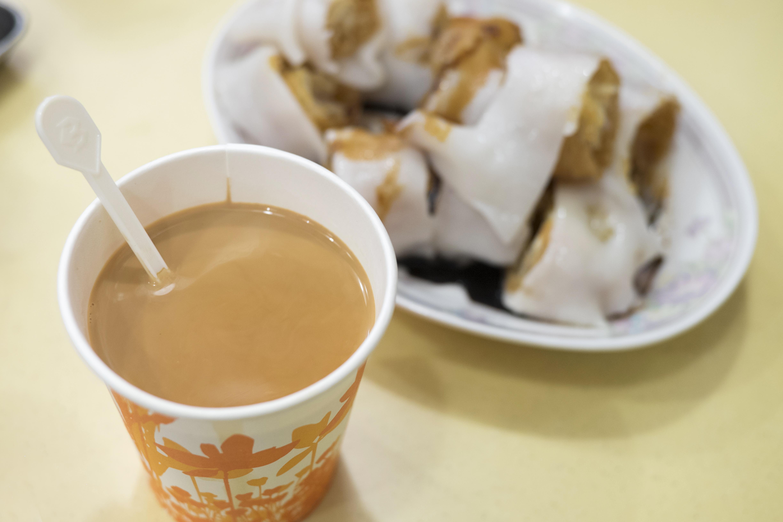 裝奶茶的器具各有不同,粥店位置有限,用一套杯碟裝奶茶太佔地方,用紙杯則省位置又不影響味道。