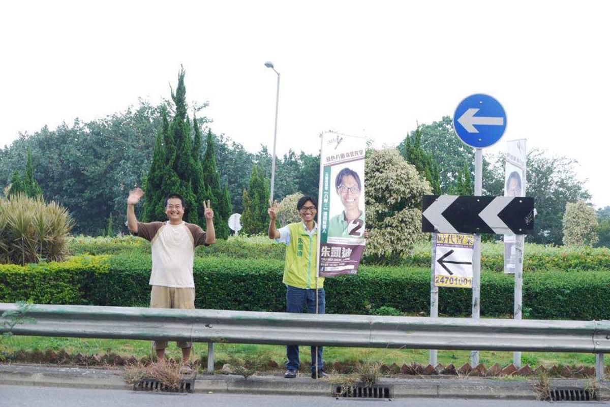 2011年,陳允中第一次幫朱凱廸助選區議員。