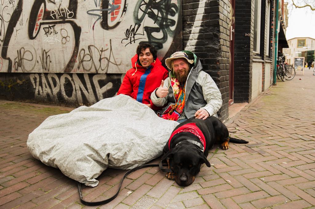 露宿者風褸還能化身帳篷,讓露宿者擁有一個溫暖的家。