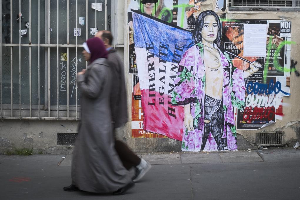 法國街道上不時可見到穆斯林(AFP PHOTO / JOEL SAGET)
