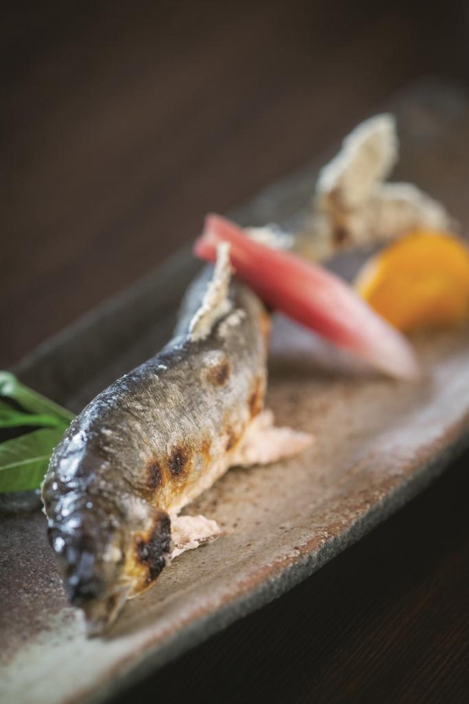 鹽燒鮎魚 // 日本人對鮎魚的情意難以言喻,即使鹽燒,造型也要一絲不苟,保持曼妙的姿態。($200)