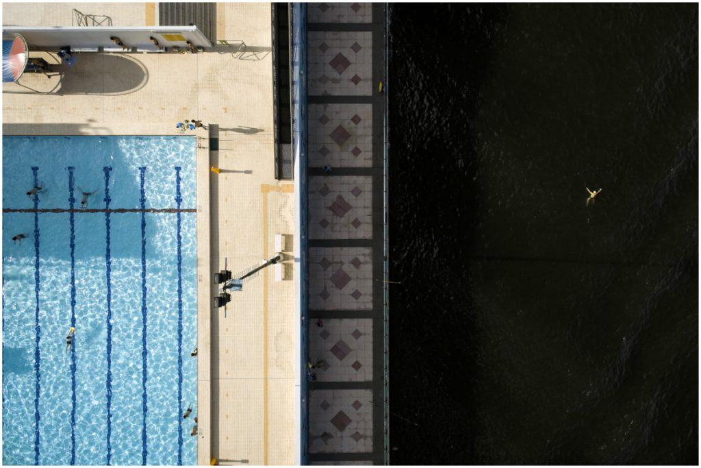 左邊是私人屋苑泳池,右邊是維多利亞港,形式鮮明的視覺對比。
