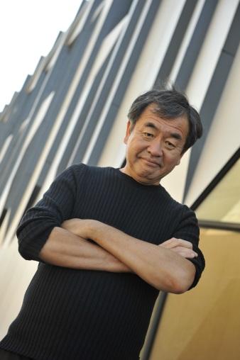 日本建築師隈研吾的建築經常運用木材,他為Lasvit設計的吊燈亦加入日本燒杉工藝。(受訪者提供)