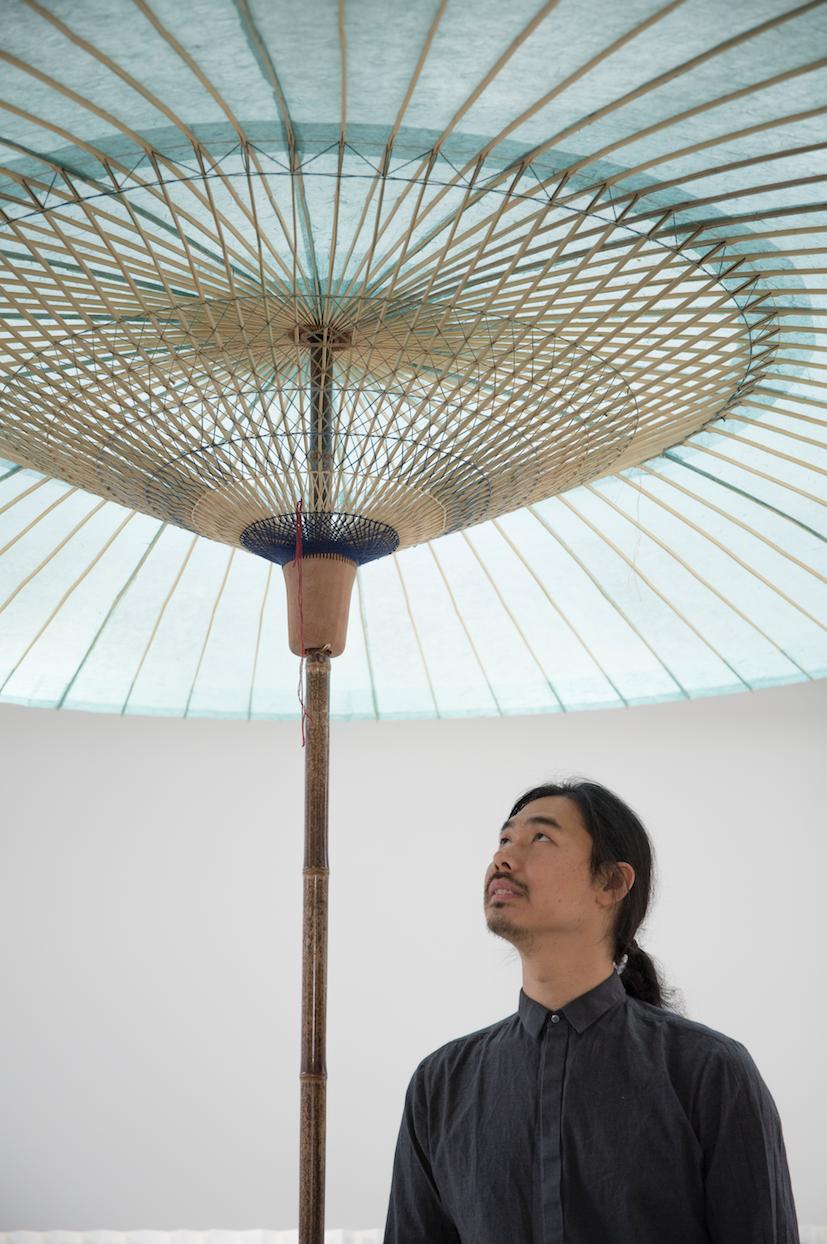 餘杭以造油紙傘聞名,張雷在展覽中展示製作油紙傘的部分工序與竹篾、皮紙等材料。