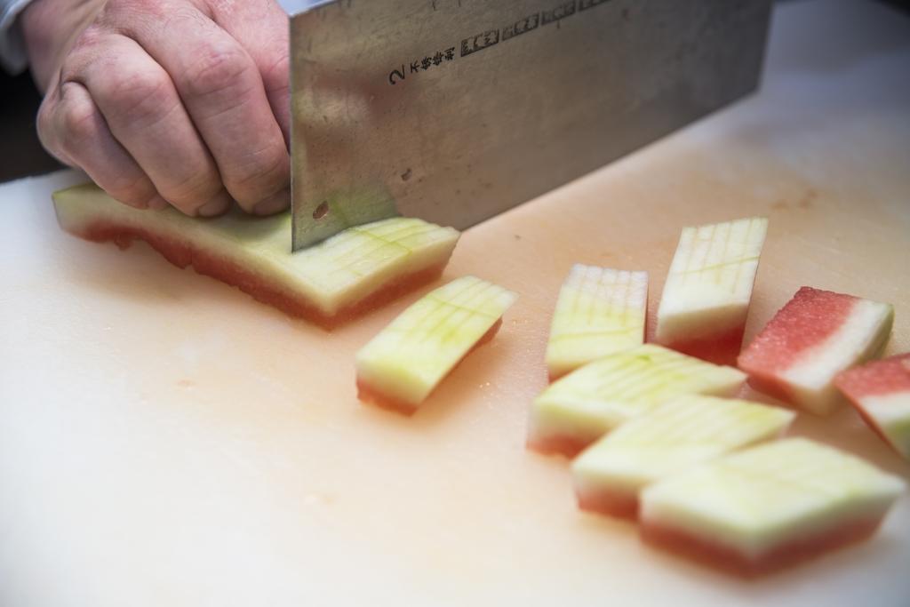 西瓜素在醃漬前,切成狗爪狀,以便入味。