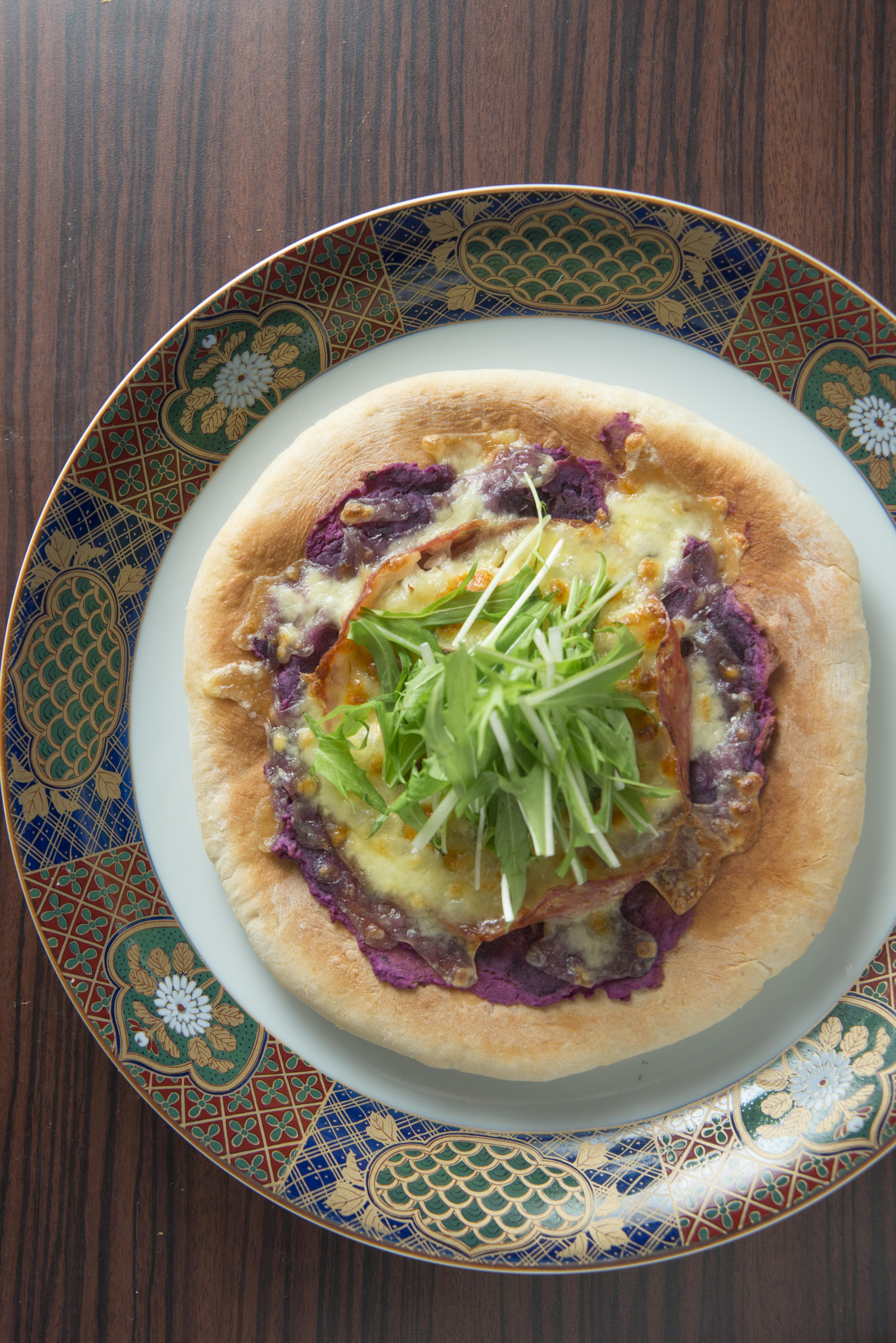文首的紫薯為何會出現﹖原本廚師不喜歡一般薄餅上的番茄醬,便以紫薯代替,配上辣肉腸和日本水菜等材料。