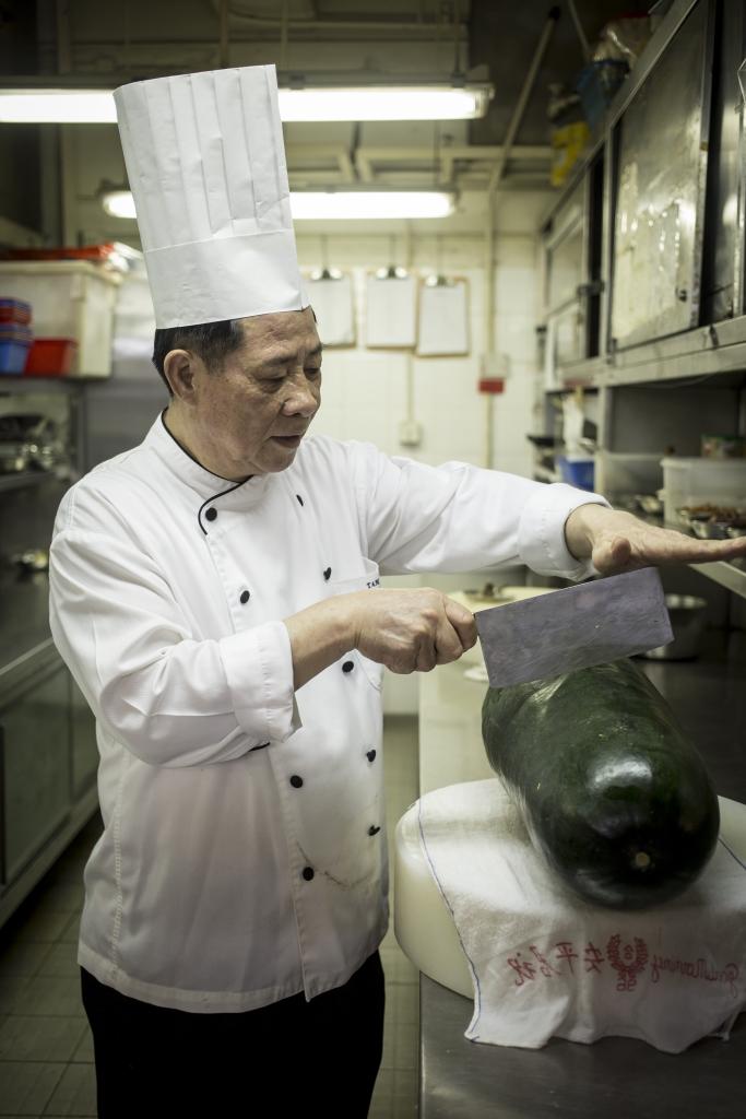 譚棟師傅做冬瓜盅,冬瓜一定要有分量,開半後還有挖瓢去瓜肉釀料,沒有十幾斤冬瓜在手不能成事。