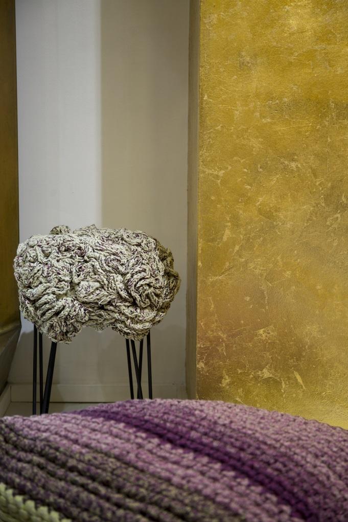 人手勾織的氈子椅子,用色溫暖,材質柔軟,不說還以為是來自北歐的設計。