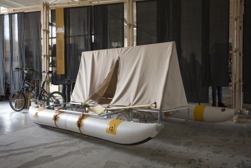 """倫敦設計師Daniel Durnin作品""""Water Bed"""",以單車連接橡皮艇帳篷,為四海為家的旅行者而設,不用燃料,就可以水陸移動。"""