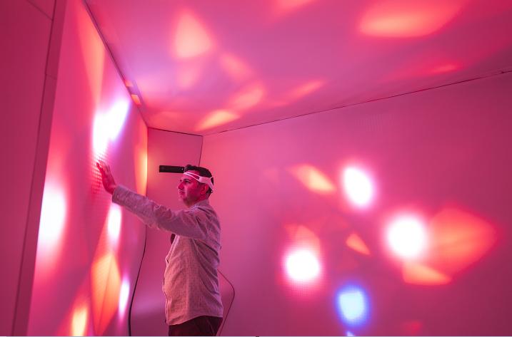 Unstudio設計的RESET房間,使用者走進去擊鼓、拍打牆身,測試聲音如何影響腦部活動。