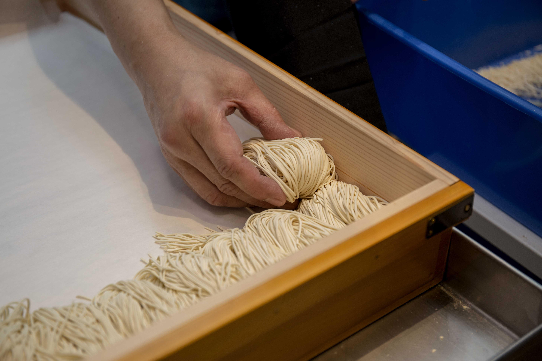 麵條特別之處是由多種麵粉和蕎麥粉於店內新鮮現製,呈現絕無僅有的蕎麥拉麵風。