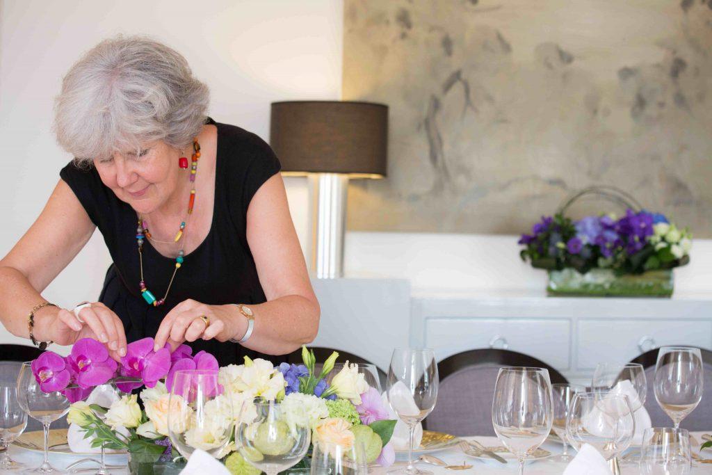 事夫人精心挑選鮮花擺設,為餐桌添上春日色彩。